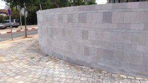 וילה ברמת השרון - חיפוי חומה טרוורטין מוברש - מבט מימין