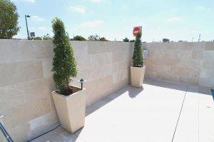 חיפוי קירות רחבת הבריכה - בורדור בז' - מבט אל הרחבה