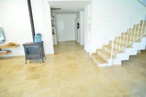 טרברטין מוברש - ריצוף סלון וחיפוי מדרגות - מבט אל המסדרון