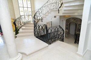 חיפוי שיש מדרגות וריצוף שיש - מבט אל המדרגות