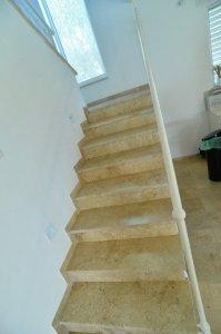 חיפוי מדרגות - טרברטין מוברש - מבט לכיוון העליה